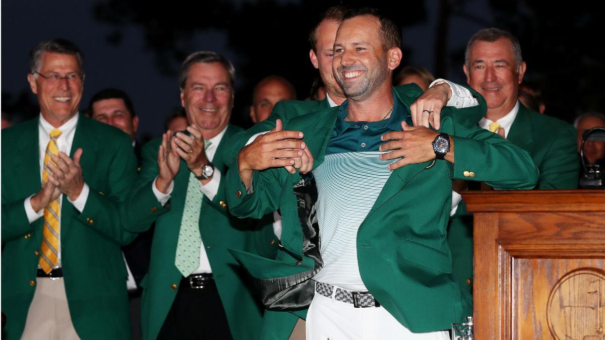 Sergio Garcia se pone la chaqueta verde que le acredita como campeón del Masters de Augusta 2017. (Getty)