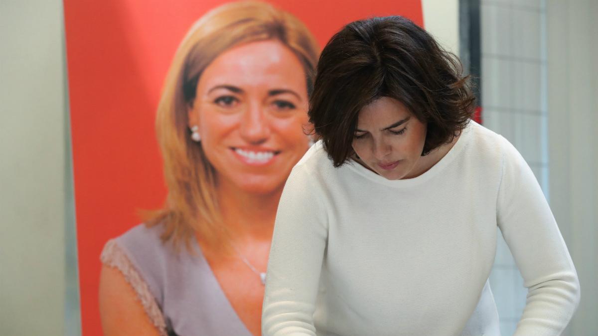La vicepresidenta del Gobierno, Soraya Sáenz de Santamaría, firma en el libro de condolencias instalado la sede del PSOE, en Madrid, donde se ha instalado la capilla ardiente para despedir a Carme Chacón (Foto:EFE)