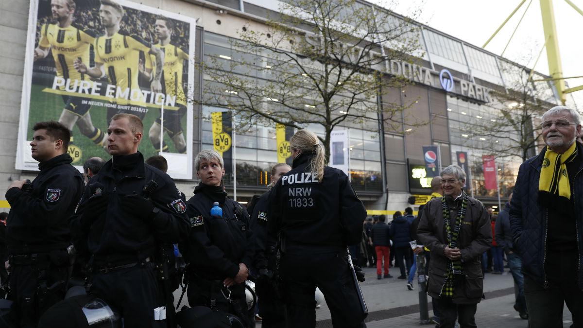 La policia rodea el Signal Iduna Park. (AFP)