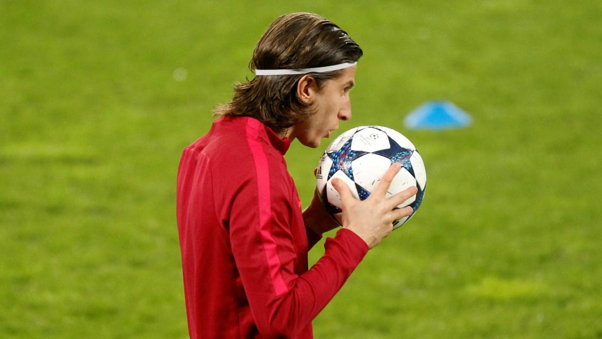 Filipe Luis, del Atlético, besa el balón de la Champions