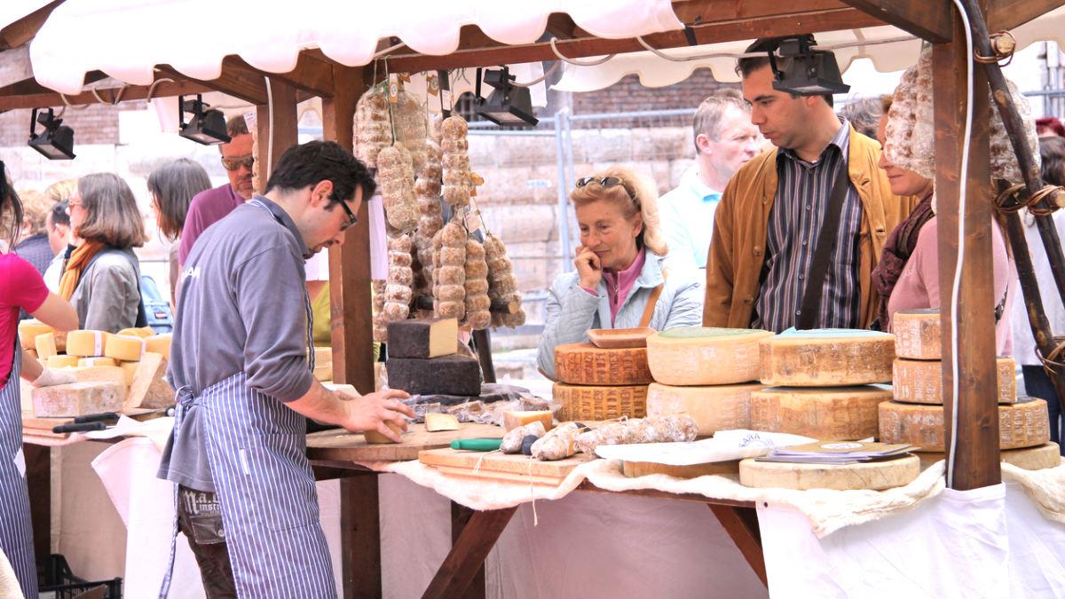 Clientes en un mercado de queso (Foto: istock)