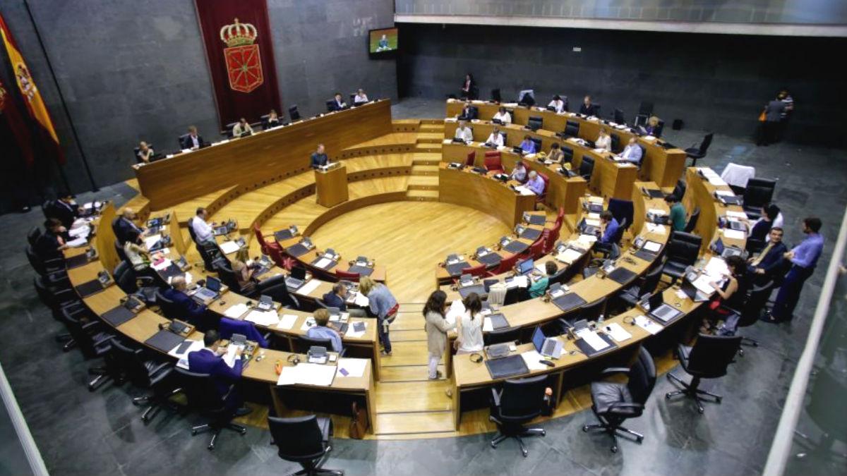 El Parlamento de Navarra durante un Pleno. (Foto: Twitter)