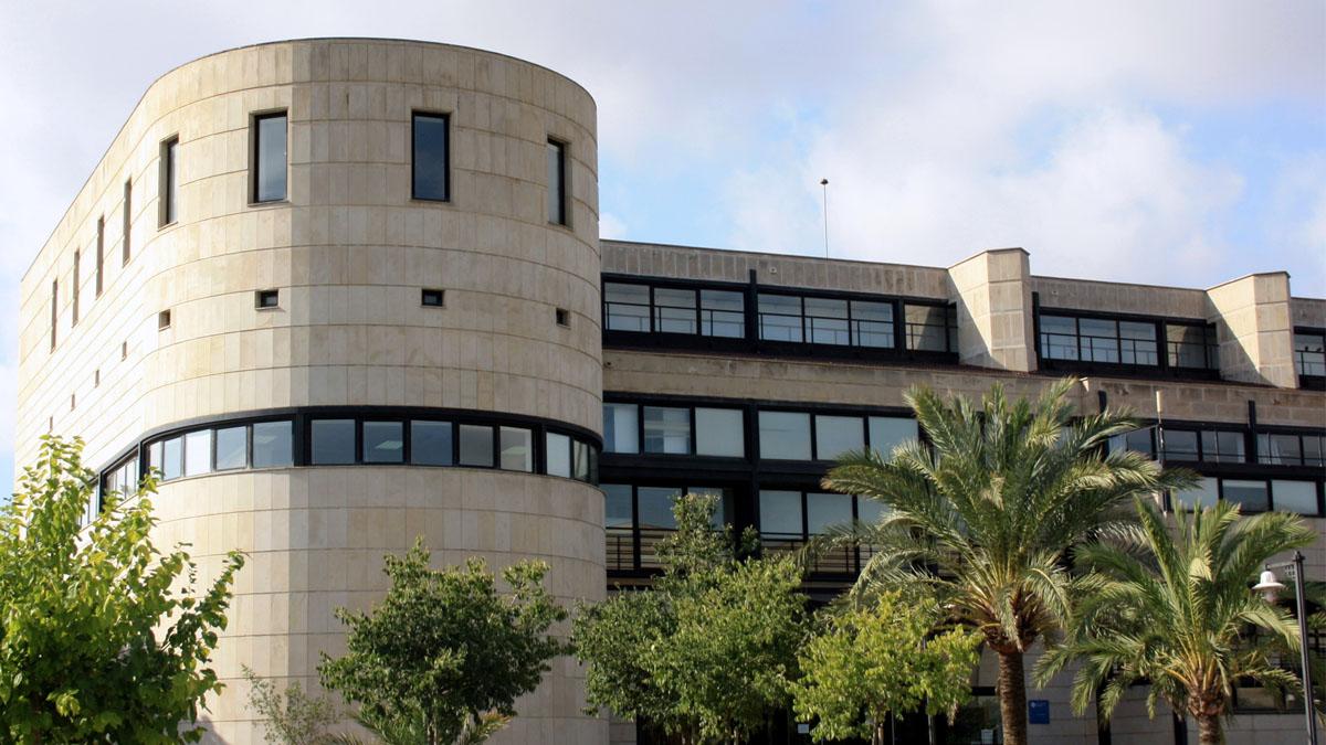 Fachada de uno de los edificios de la Univesidad de las Islas Baleares.