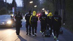 Agentes escoltan a los jugadores del Borussia Dortmund tras el ataque. (Foto: AFP)