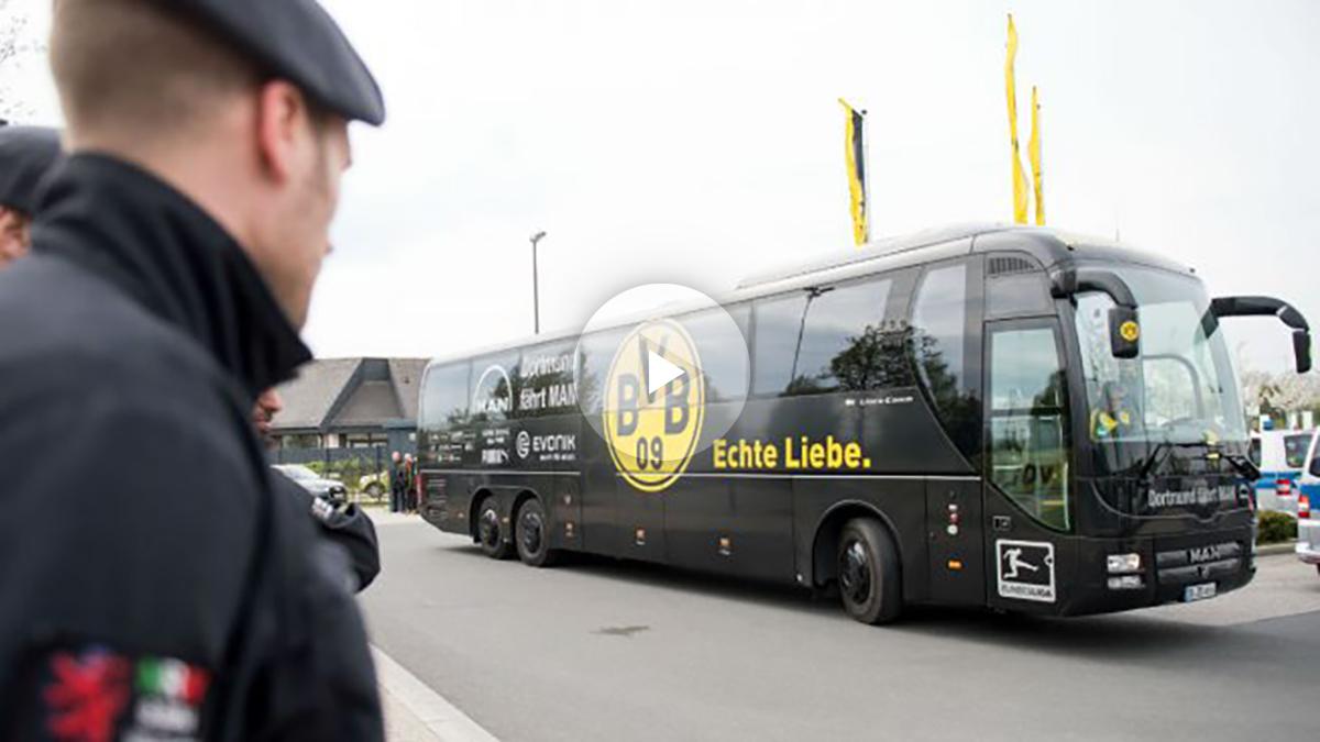 La policía vigila el autobús del Dortmund. (AFP)