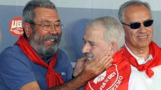 Fernández Villa es saludado con efusividad por Cándido Méndez y Alfonso Guerra durante la XXX Fiesta Minera de Rodiezmo. (Foto: EFE)