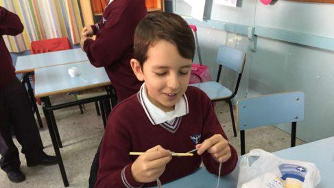 Uno de los niños del colegio Juan Pablo II de Puerto Real (OKDIARIO).