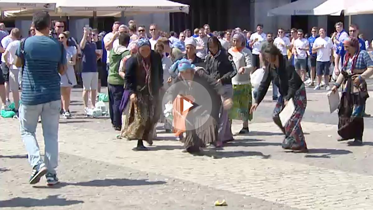 Hooligans del Leicester se ríen de unas mendigas de origen rumano que pedían limosna.