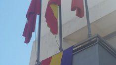Rivas coloca la bandera republicana en el Ayuntamiento