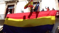 Bandera republicana ondeando en el Ayuntamiento de Sagunto. (Foto: Twitter)