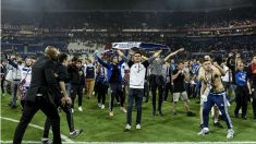 El césped del estadio del Lyon invadido por aficionados. (AFP)