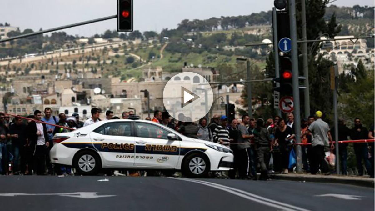Un coche policial israelí delimita el cordón policial en torno al lugar donde ha sido apuñalada la joven turista británica en Jerusalem.  Foto: AFP