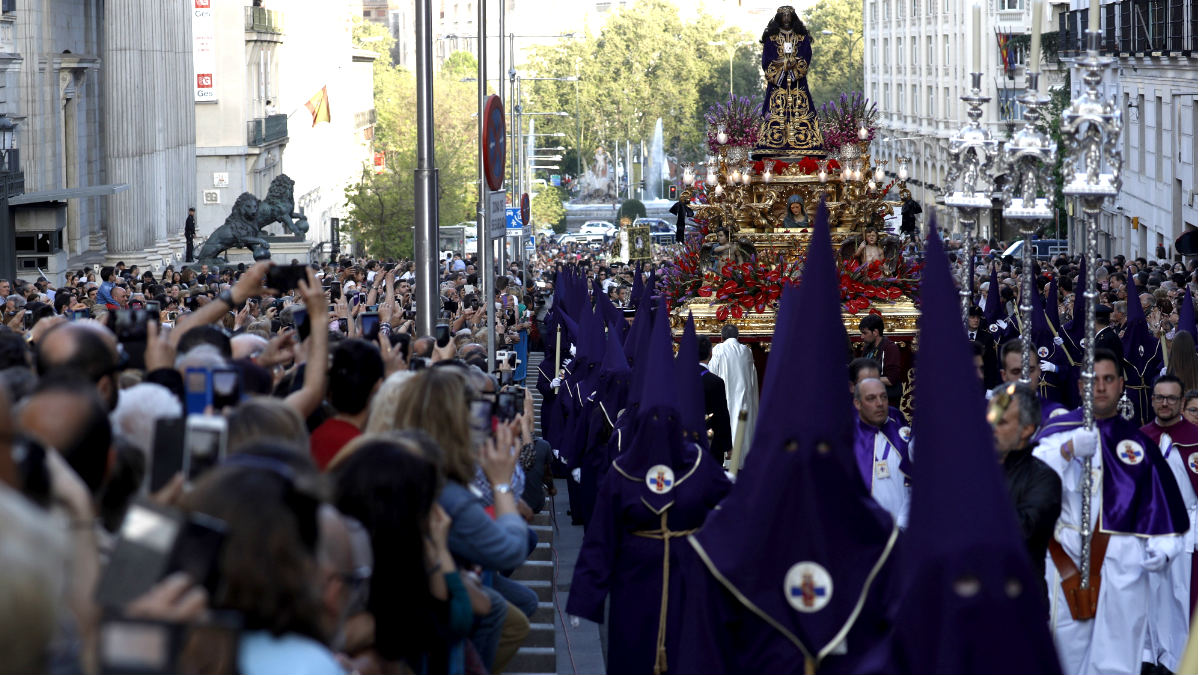 La procesión del Cristo de Medinaceli a su paso por la Carrera de San Jerónimo (Foto: Efe).