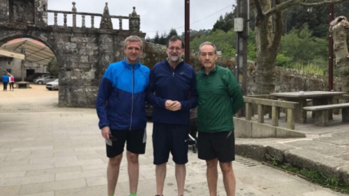 El presidente del Gobierno, Mariano Rajoy, acompañado por el vicepresidente de la Xunta de Galicia, Alfonso Rueda,iz., y el responsable de la Autoridad Portuaria de Marín, José Benito Suárez. (Foto: Twitter de Rajoy)