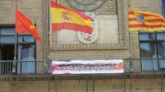 La pancarta que cuelga en el balcón del Ayuntamiento de Zaragoza, en apoyo a la II República. Foto: @AlbertVilella1
