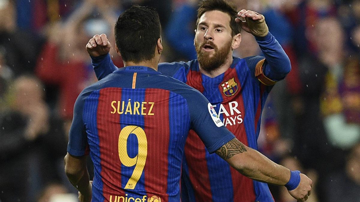Messi se abraza con Luis Suárez. (Foto: AFP)
