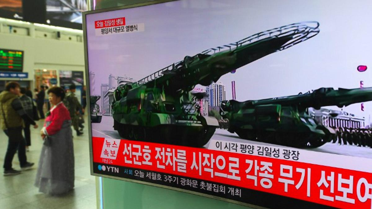 Una televisión retransmite el desfile del 'Día del Sol' de Corea del Norte, en elq ue se han mostrado nuevos misiles adquiridos por la potencia comunista. Foto: AFP