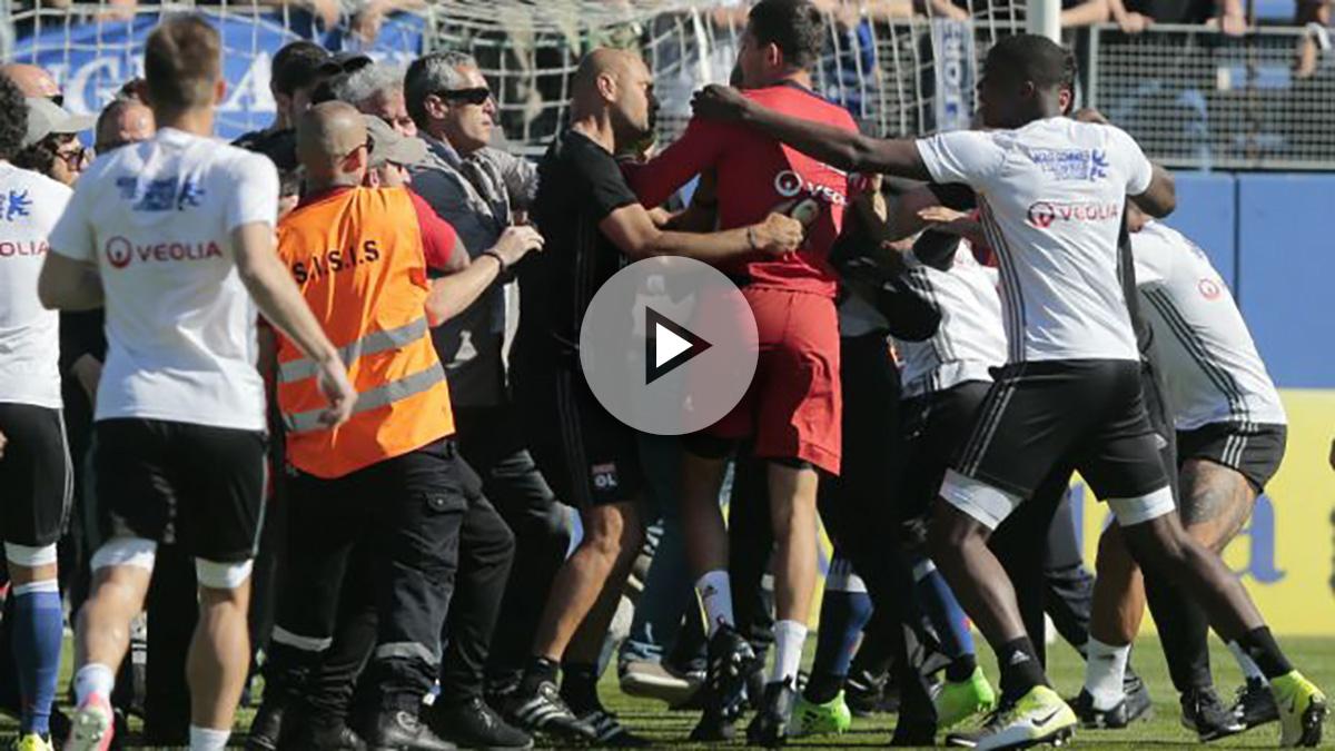 La pelea entre los ultras del Bastia y los jugadores del Lyon. (AFP)