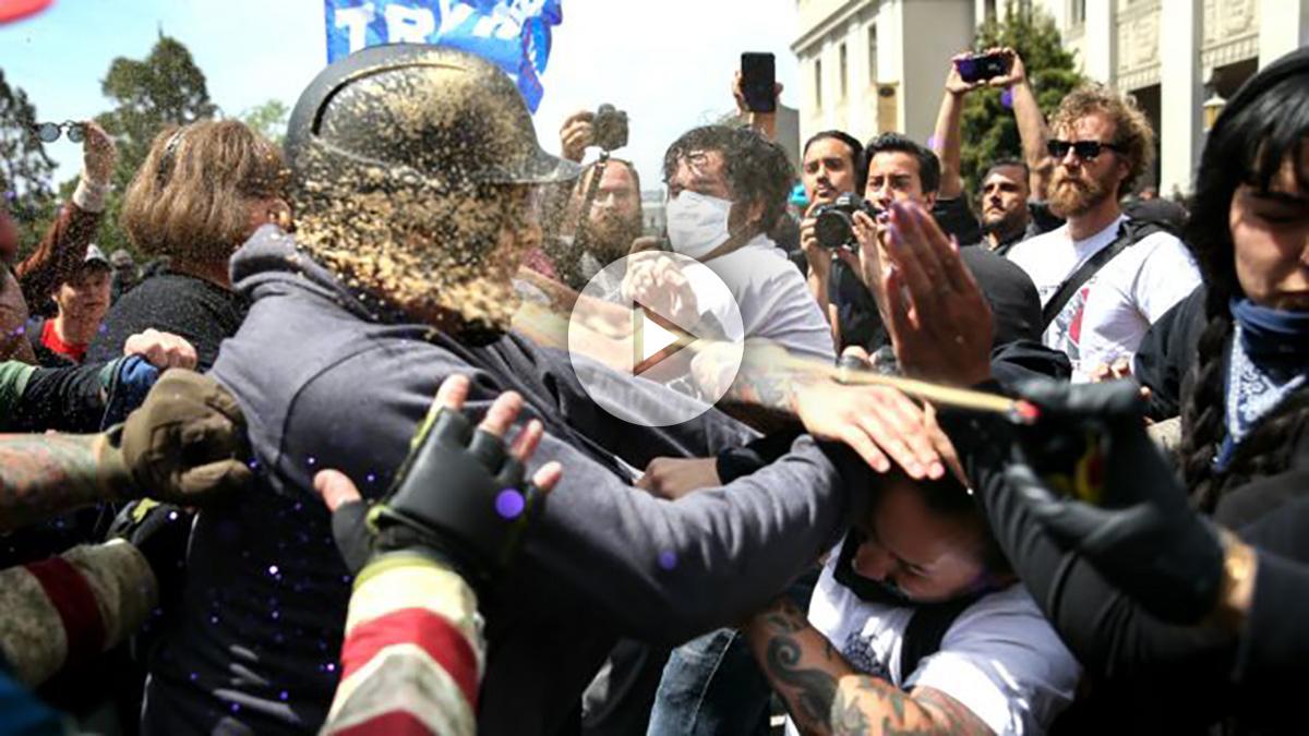 Imagen del enfrentamiento entre partidarios y detractores de Trump (Foto: AFP).