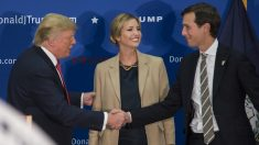 Donald Trump y Jared Kushner estrechan la mano.