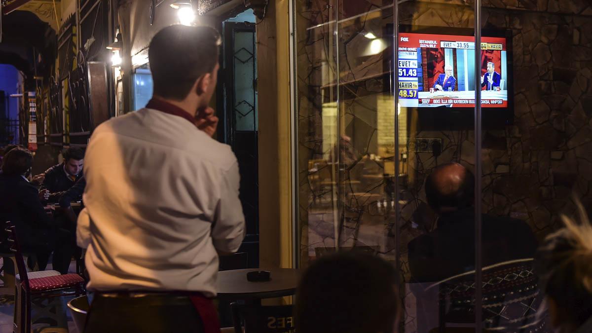 Ciudadanos turcos siguen los resultados del referéndum (Foto: AFP)