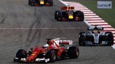 Sebastian Vettel por delante de Lewis Hamilton y los Red Bull (Getty)