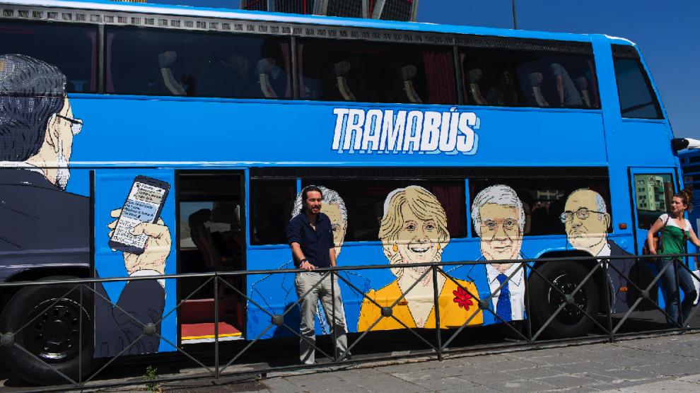 Pablo Iglesias, líder de Podemos, junto al autobús de Podemos mal aparcado. (Foto: Chema Barroso)