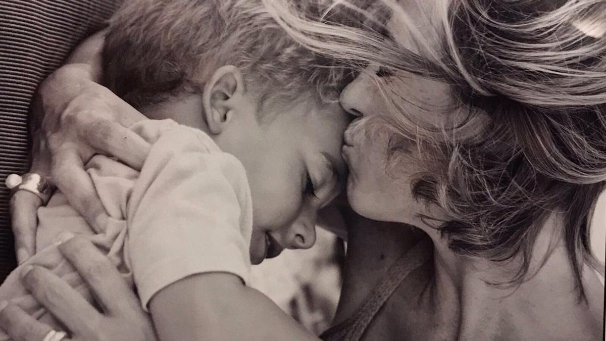 Carme Chacón abraza a su hijo. (Foto: Twitter)
