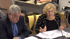 La alcaldesa, Manuela Carmena, junto a Paco Pérez, concejal de Vallecas. (Foto: YouTube)