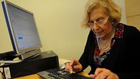 La alcaldesa Carmena respondiendo preguntas de los ciudadanos. (Foto: Madrid)