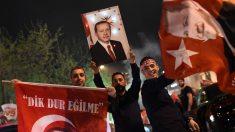 Seguidores de Erdogan celebran la victoria del presidente en el referéndum (Foto: AFP)
