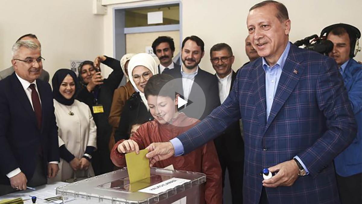 El presidente Recep Tayyip Erdogan vota en el referéndum (Foto: AFP)