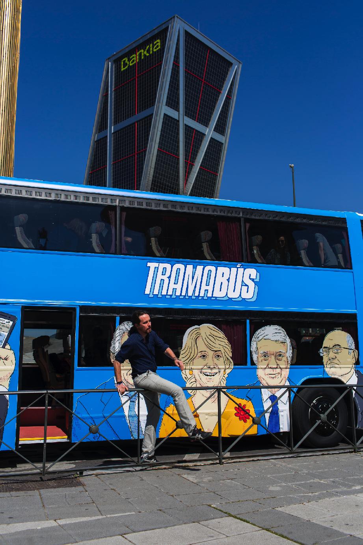 Iglesias salta la valla en Plaza Castilla donde aparca su autobús en un carril bus. (Foto: Chema Barroso)