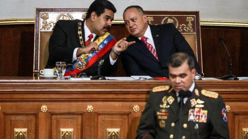 El ministro de Defensa Vladimir Padrino ante Nicolás Maduro y Diosdado Cabello (Foto: AFP)