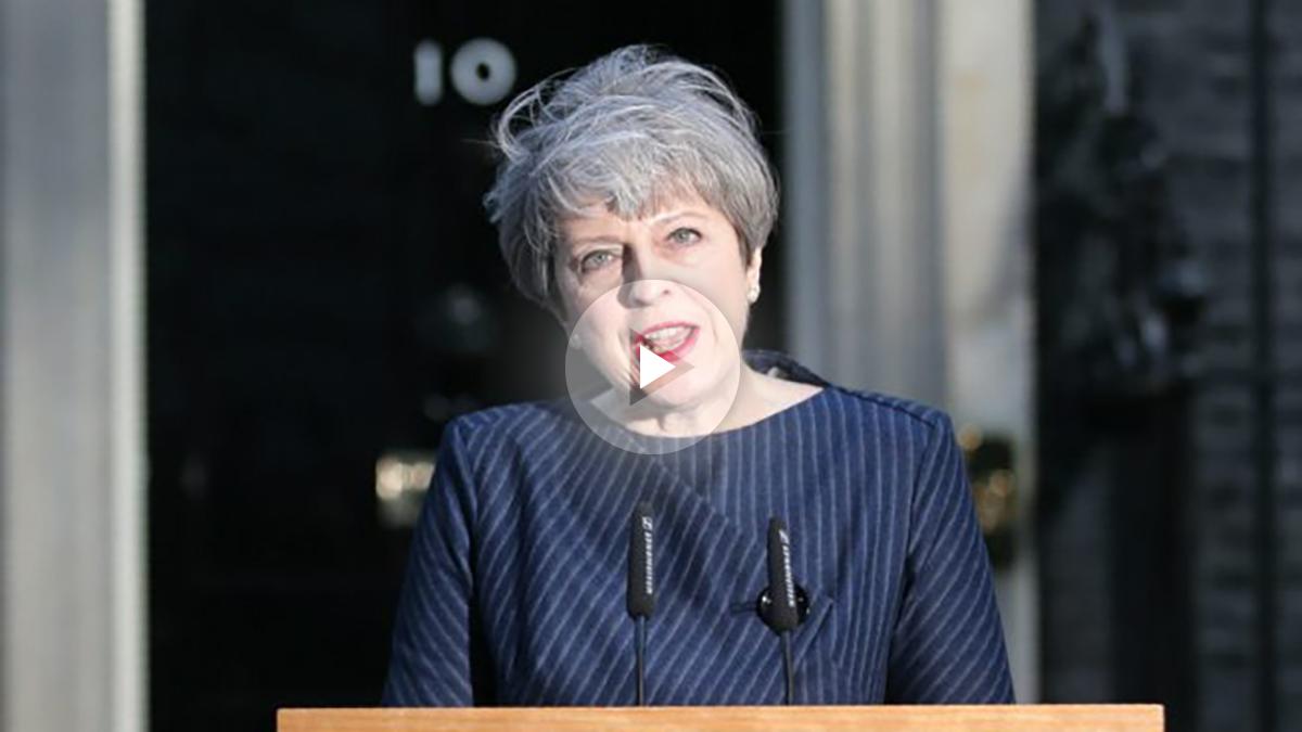 Theresa May, primera ministra británica, anunciando el adelanto electoral ante el 10 Downing Street. (AFP)