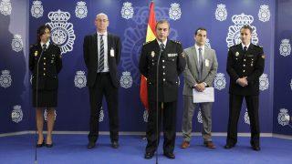 El comisario jefe de la Brigada de Investigación Tecnológica de la Policía Nacional, Rafael Pérez (c), junto a miembros de la Intyerpol y Europol. (Foto: EFE)