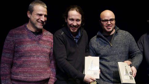 Ruben Juste en la presentación de su libro con Pablo Iglesias y Alberto San Juan (Foto: EFE)