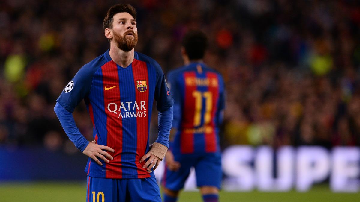 Leo Messi mira con impotencia a la defensa de la Juventus. (AFP)