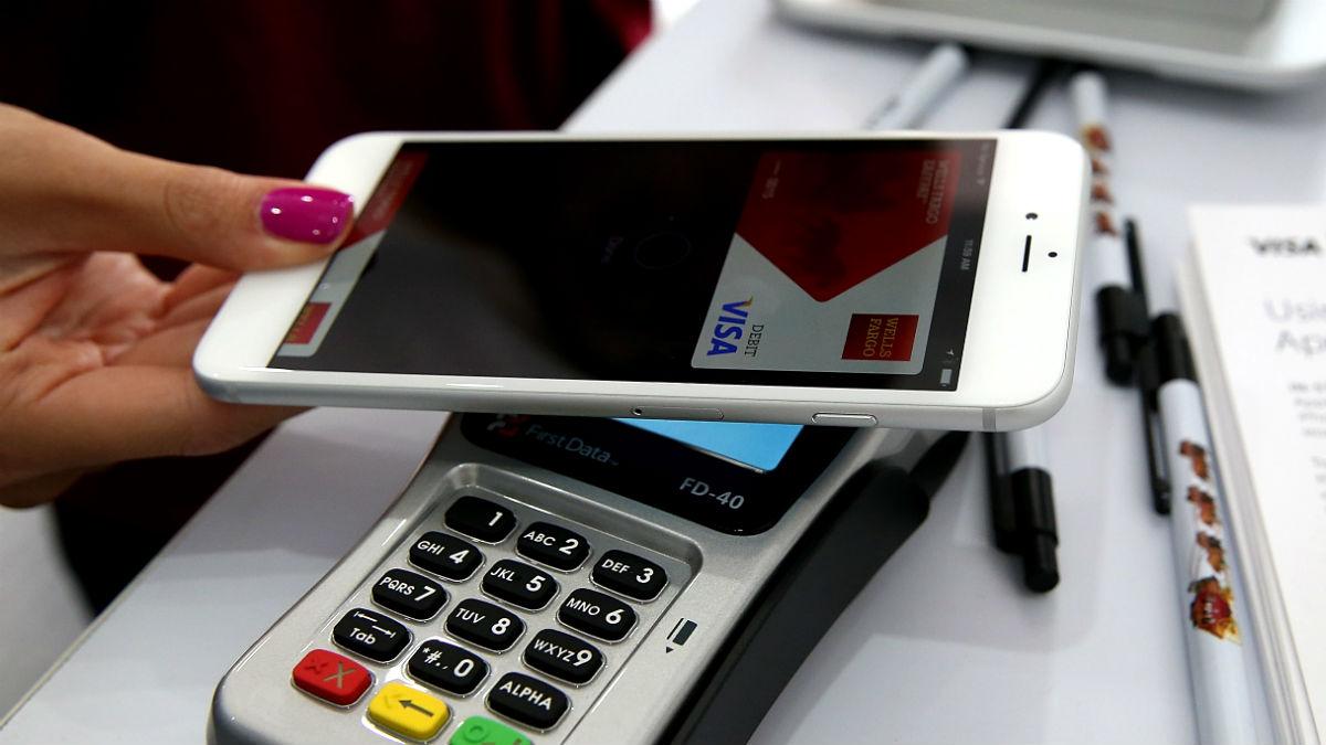 Un cliente paga a través de su dispositivo móvil (Foto: GETTY).