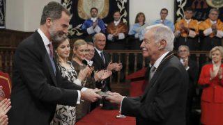 El escritor catalán Eduardo Mendoza (d), recibe el Premio Cervantes de manos de Felipe VI, en presencia de Doña Letizia; la presidenta de la Comunidad de Madrid, Cristina Cifuentes. Foto: EFE