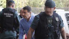 Ignacio González acompañado por los agentes de la UCO (Foto: Efe).