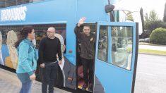 Juan Carlos Monedero baja del odiobús frente a la sede de OHL. (Foto: Paco Toledo)