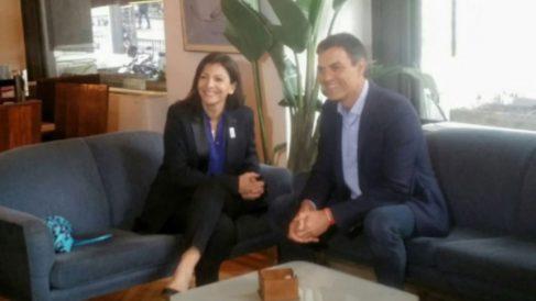 La alcaldesa de París, Anne Hidalgo, junto a Pedro Sánchez en Madrid. (Foto: Twitter)