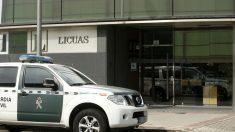 Un coche de la Guardia Civil ante la sede de Licuas. EFE