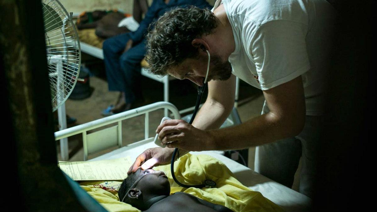 Un médico atiende a un niño afectado por meningitis en un hospital de campaña en Nigeria. (MSF)