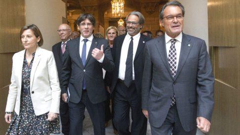 Los ex presidentes del Parlament Joan Rigol (detrás i), Ernest Benach (2d) y Núria de Gispert (detrás d), junto al ex presidente catalán, Carles Puigdemont (2i), y el ex presiodente Artur Más (d), un acto de apoyo a Carme Forcadell (1i) (Foto: Efe)