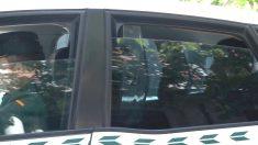 La silueta de Ignacio González se ve en el asiento trasero de una patrulla de la Guardia Civil a su llegada a la Audiencia Nacional. (EFE)