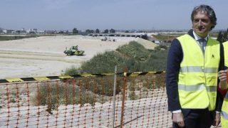 El ministro de Fomento, Íñigo de la Serna, durante su visita a las obras de una autovía en la provincia de Sevilla (Foto: EFE).