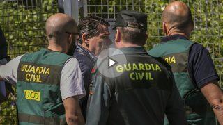 Ignacio González con agentes de la UCO (Foto: Efe).