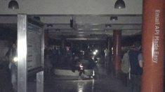 Ciudadanos de San Francisco permanecen a oscuras en una estación de metro con la única luz de sus teléfonos móviles. Foto: @TheTruth24US
